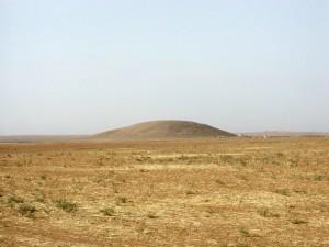 Ein Tell - hier lebten vorzeitliche Menschen. (Bild: Menze/Ur)