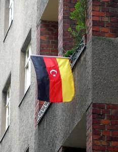 Deutsch-türkische Flagge in Neukölln. (Bild: Reiner Zenz/Wikipedia)